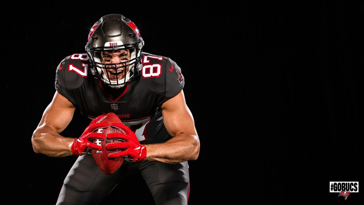 Buccaneers Unveil First Look At Rob Gronkowski In Uniform