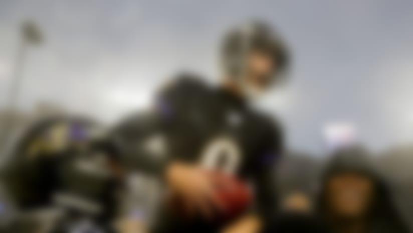 El pateador Justin Tucker es cargado fuera del campo por sus compañeros de los Ravens de Baltimore tras el gol de campo del triunfo20-17  ante los 49ers de San Francisco el domingo primero de diciembre del 2019. (AP Photo/Julio Cortez)