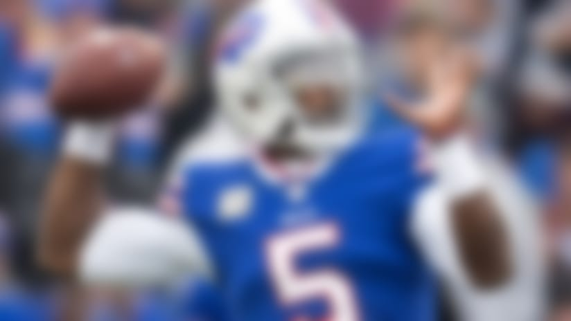 Tyrod Taylor throws the ball.