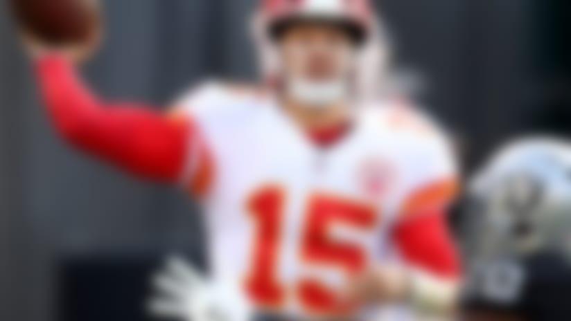 El quarterback Patrick Mahomes (15), de los Chiefs de Kansas City, lanza un pase en un encuentro ante los Raiders de Oakland, el domingo 2 de diciembre de 2018, en Oakland, California. (AP Foto/Ben Margot)