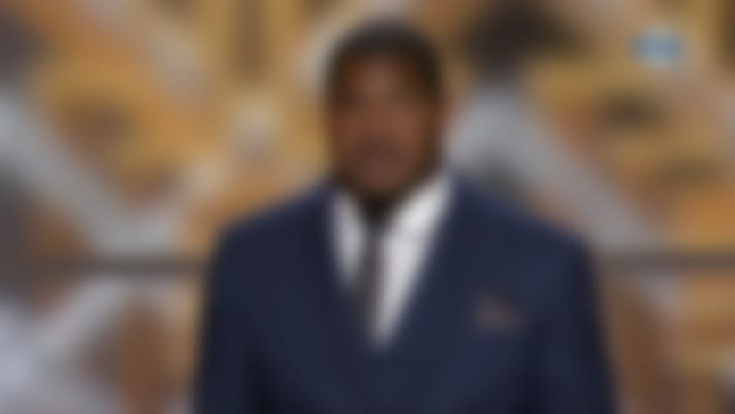 Eli Manning presents Walter Payton Man of the Year to Calais Campbell
