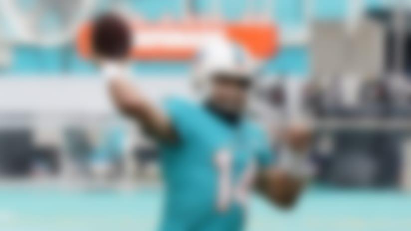 El quarterback Ryan Fitzpatrick, de los Dolphins de Miami, calienta antes de un partido de NFL ante los Bengals de Cincinnati, el domingo 6 de diciembre de 2020, en Miami Gardens, Florida. (AP Foto/Wilfredo Lee)