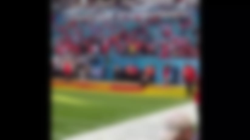 Mahomes makes one-handed catch during warm ups before SB LIV