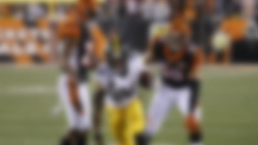 Pittsburgh Steelers running back Le'Veon Bell runs down the sideline for a touchdown against the Cincinnati Bengals