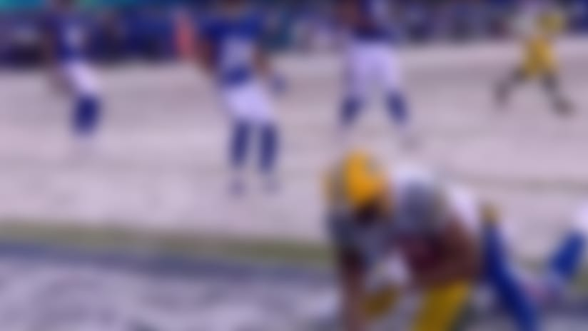 Aaron Rodgers shrugs off defender to find Marcedes Lewis for TD