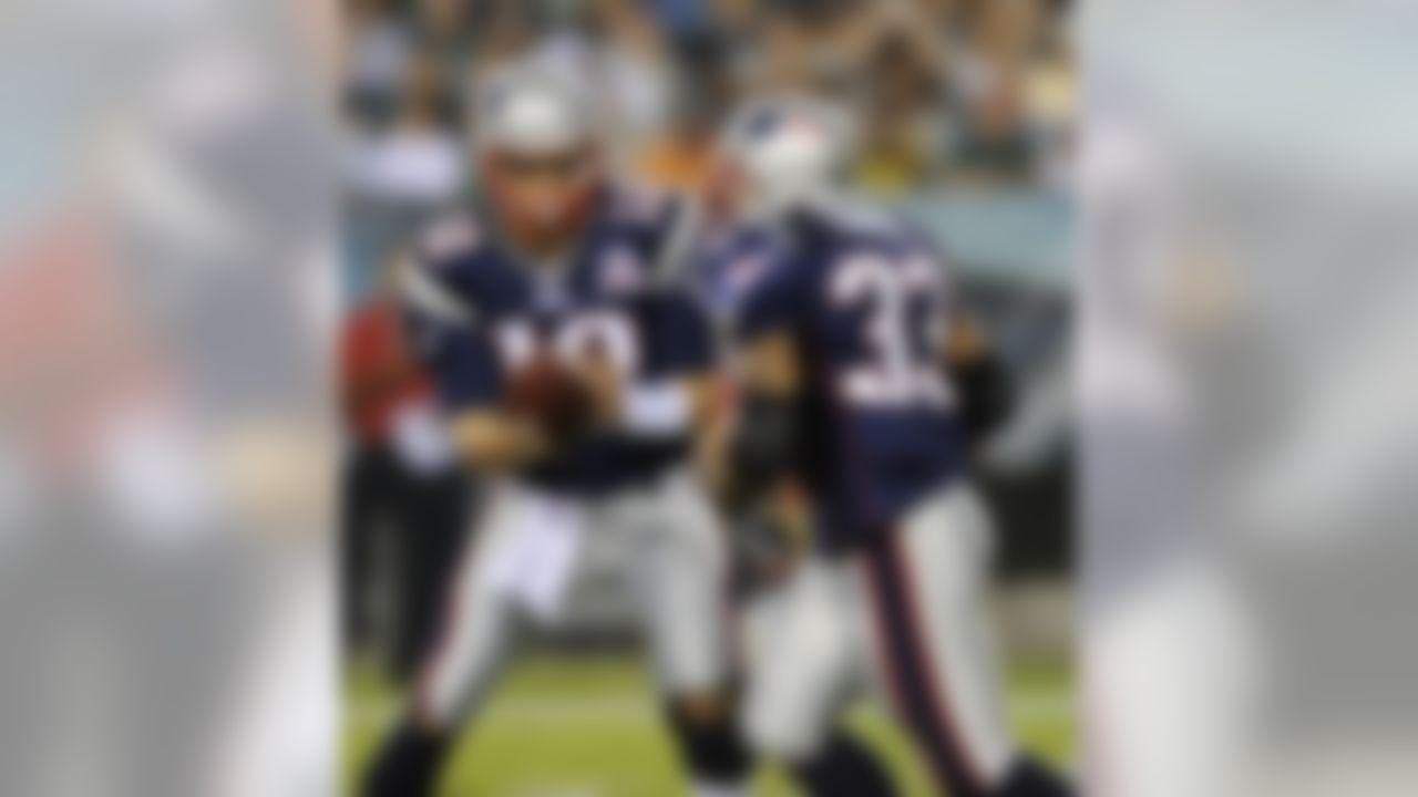 New England Patriots quarterback Tom Brady, left, hands off to running back Kevin Faulk in the second quarter of an NFL preseason football game against the Philadelphia Eagles, Thursday, Aug. 13, 2009, in Philadelphia. (AP Photo/Michael Perez)