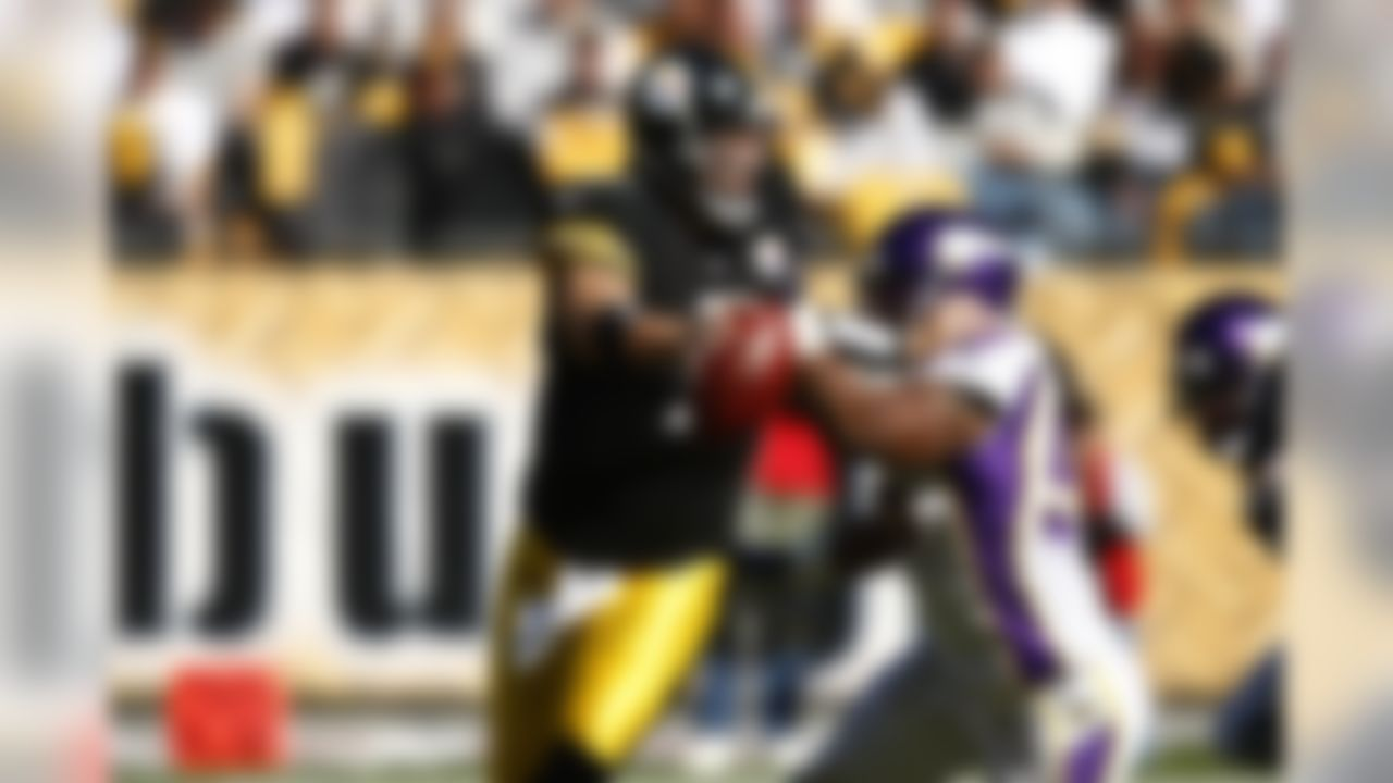 Minnesota Vikings linebacker E.J. Henderson pressures Pittsburgh Steelers quarterback Ben Roethlisberger during an NFL football game on Sunday, October 25, 2009 in Pittsburgh, Pennsylvania. (Joe Robbins / NFL.com)