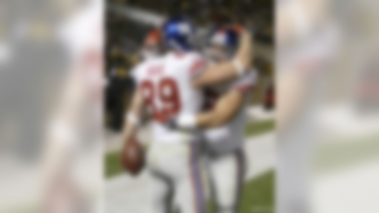 PITTSBURGH - OCTOBER 26: Kevin Boss #89 and Madison Hedgecock #39 of the New York Giants celebrate Boss's game winning touchdown reception against the Pittsburgh Steelers on October 26, 2008 at Heinz Field in Pittsburgh, Pennsylvania. The Giants won 21-14.  (Photo by Rick Stewart/Getty Images)