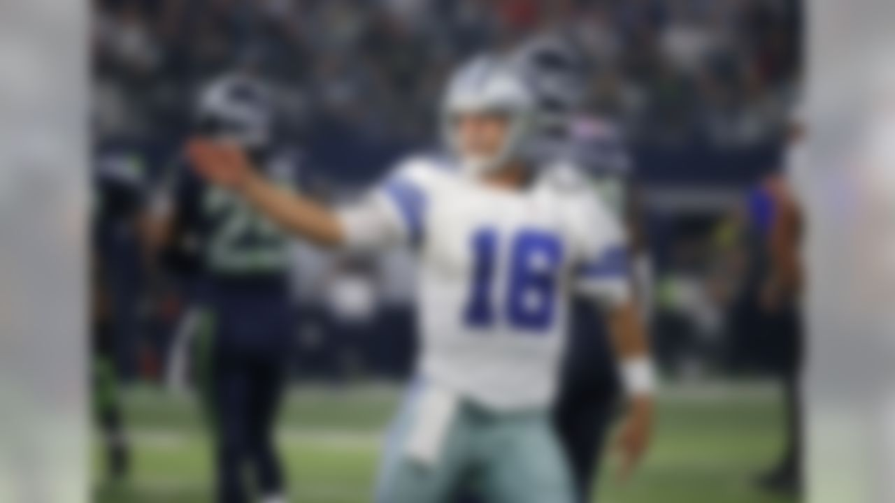 Dallas Cowboys' Matt Cassel celebrates after running for a first down against the Seattle Seahawks in the first half of an NFL football game Sunday, Nov. 1, 2015, in Arlington, Texas. (AP Photo/Brandon Wade)