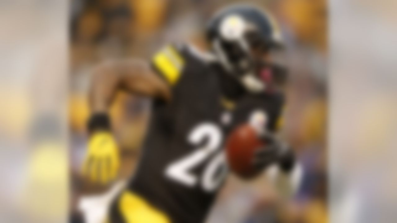 Pittsburgh Steelers running back Le'Veon Bell (26) carries the ball during the first half of an NFL football game against the New York Giants in Pittsburgh, Sunday, Dec. 4, 2016. (AP Photo/Jared Wickerham)