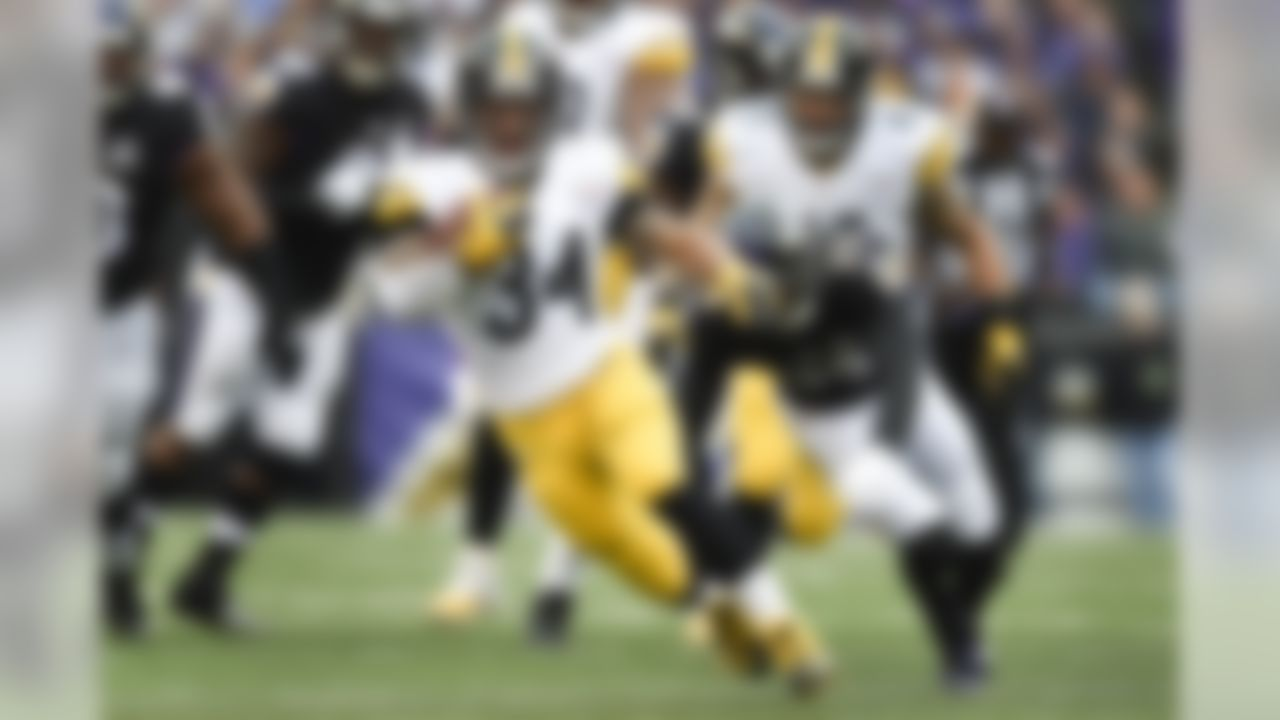 Pittsburgh Steelers running back DeAngelo Williams (34) out runs Baltimore Ravens defensive back Shareece Wright (35) during the first half of an NFL football game in Baltimore, Sunday, Dec. 27, 2015. (AP Photo/Gail Burton)