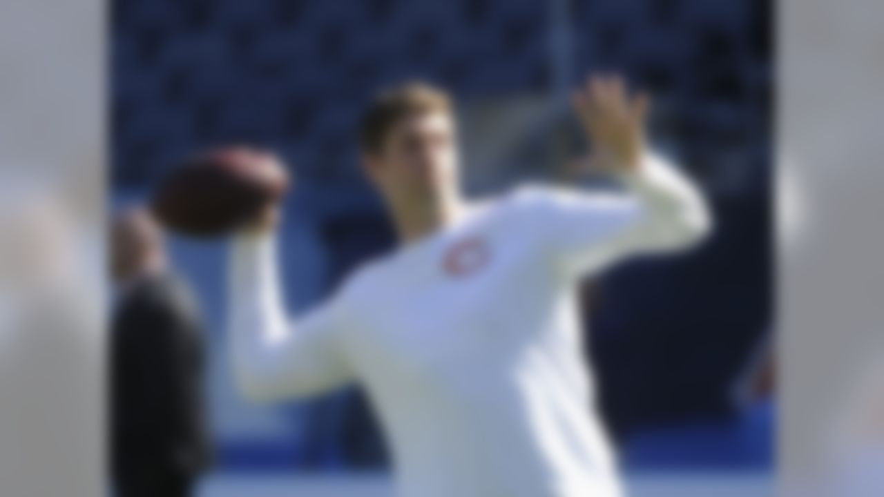 Chicago Bears quarterback Jay Cutler warms up before an NFL football game against the Arizona Cardinals, Sunday, Sept. 20, 2015, in Chicago. (AP Photo/David Banks)