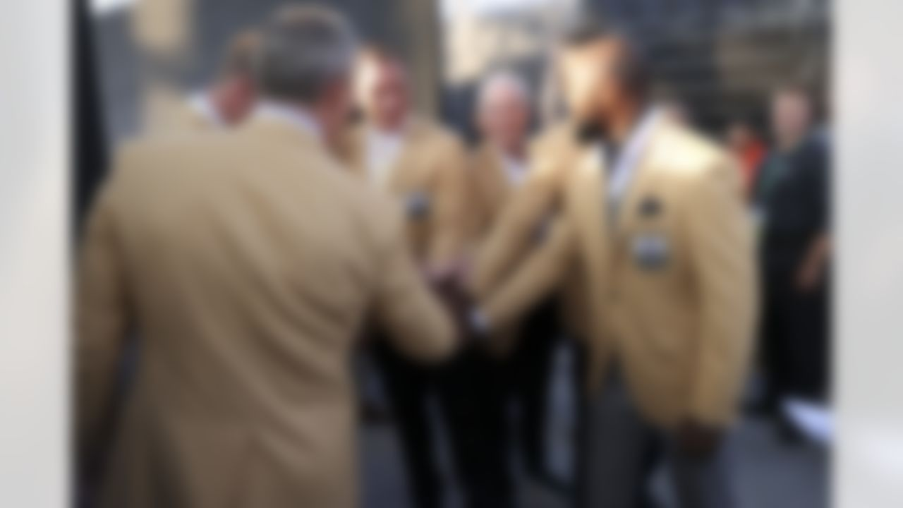Alan Faneca huddles with Hall of Famers during the 2021 Hall of Fame Weekend on Sunday, August 8, 2021 in Canton, Ohio.