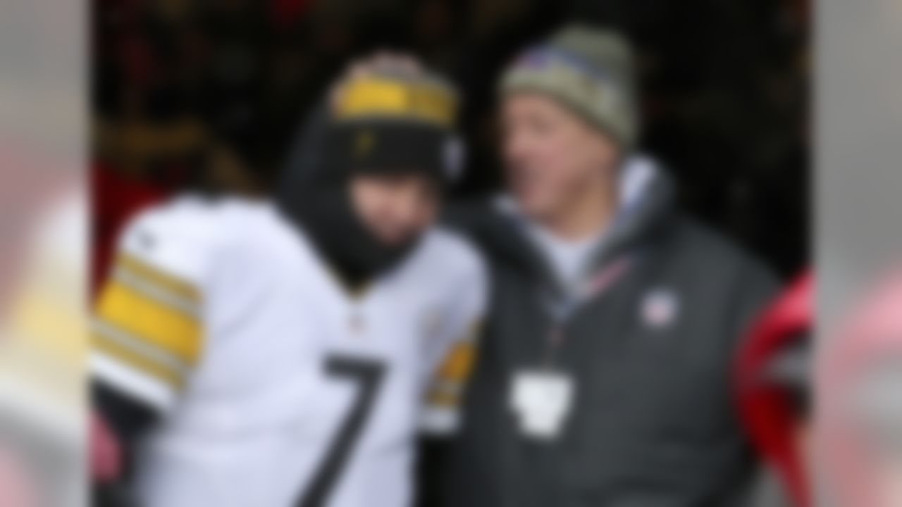 Pittsburgh Steelers quarterback Ben Roethlisberger, left, talks to former Buffalo Bills quarterback Jim Kelly prior to an NFL football game, Sunday, Dec. 11, 2016, in Orchard Park, N.Y. (AP Photo/Bill Wippert)