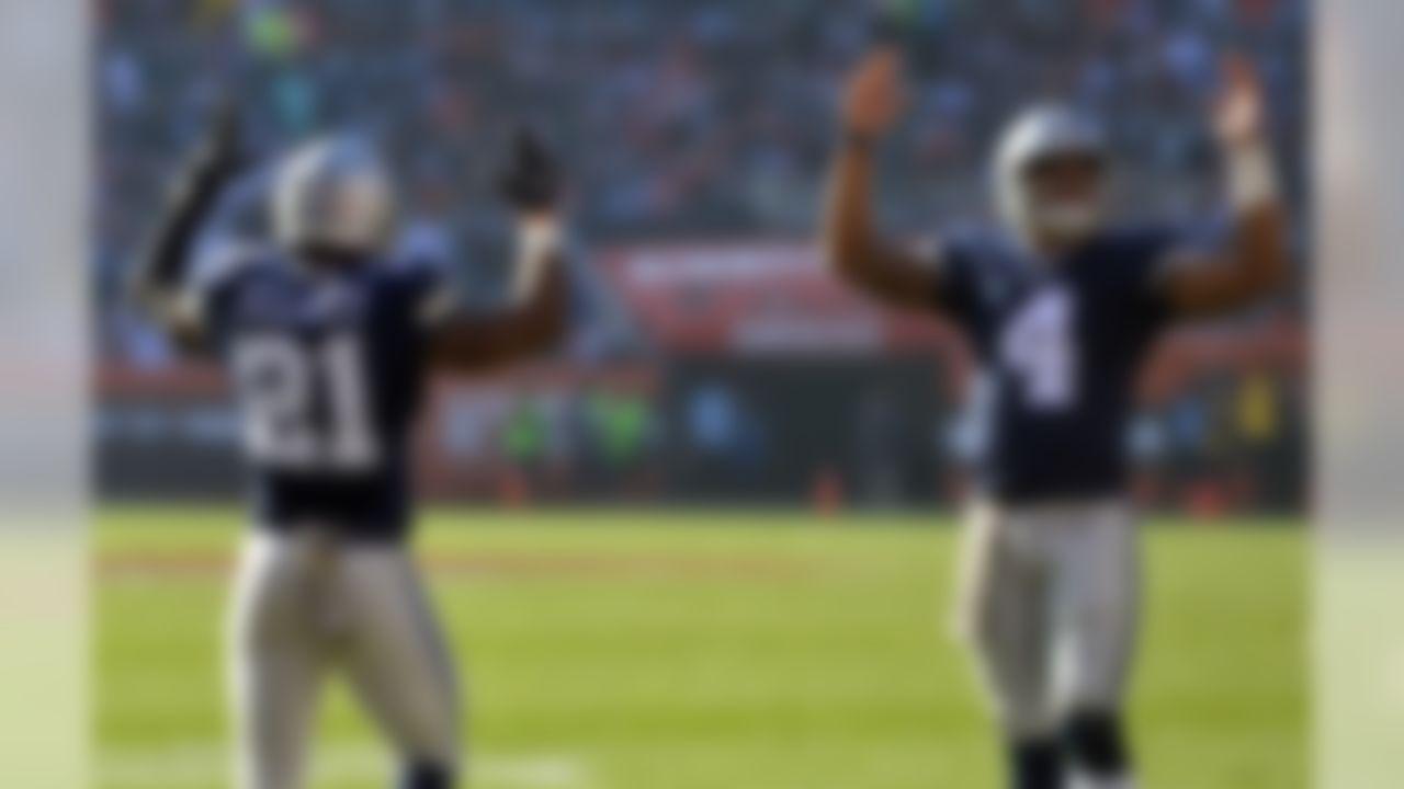 Dallas Cowboys running back Ezekiel Elliott (21) celebrates his touchdown with quarterback Dak Prescott (4) in the first half of an NFL football game against the Cleveland Browns, Sunday, Nov. 6, 2016, in Cleveland. (AP Photo/David Richard)