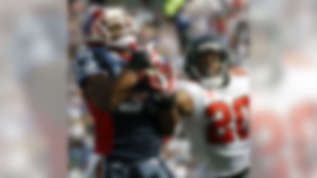 Buffalo Bills' Lee Evans (83) makes a touchdown catch under pressure from Tampa Bay Buccaneers' Ronde Barber (20) during the first half of the NFL football game in Orchard Park, N.Y., Sunday Sept. 20, 2009. (AP Photo/ David Duprey)