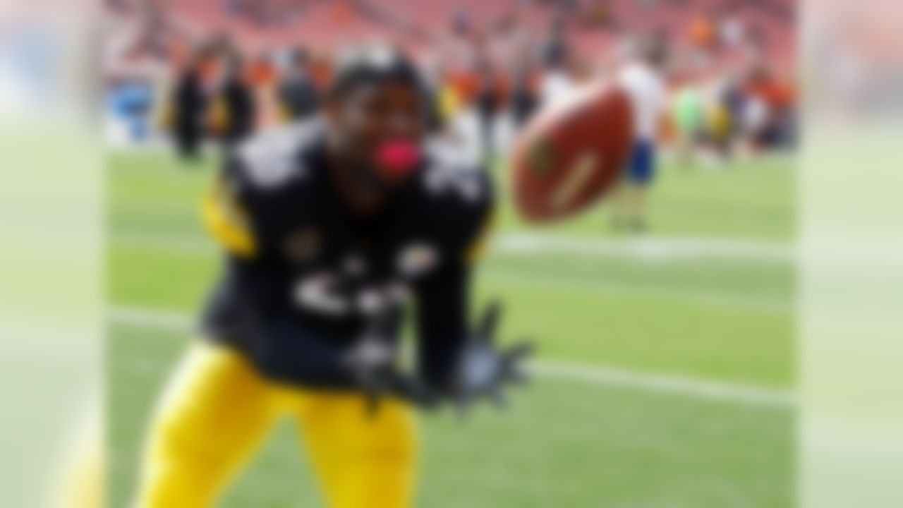 Pittsburgh Steelers running back Le'Veon Bell plays catch with fans before an NFL football game between the Pittsburgh Steelers and the Cleveland Browns, Sunday, Sept. 10, 2017, in Cleveland.