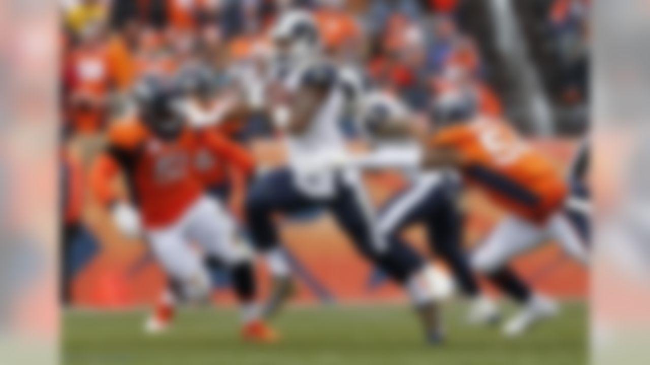 Los Angeles Rams running back Todd Gurley, center, runs as Denver Broncos linebacker Brandon Marshall (54) and linebacker Todd Davis (51) pursue during the first half of an NFL football game, Sunday, Oct. 14, 2018, in Denver. (AP Photo/Joe Mahoney)