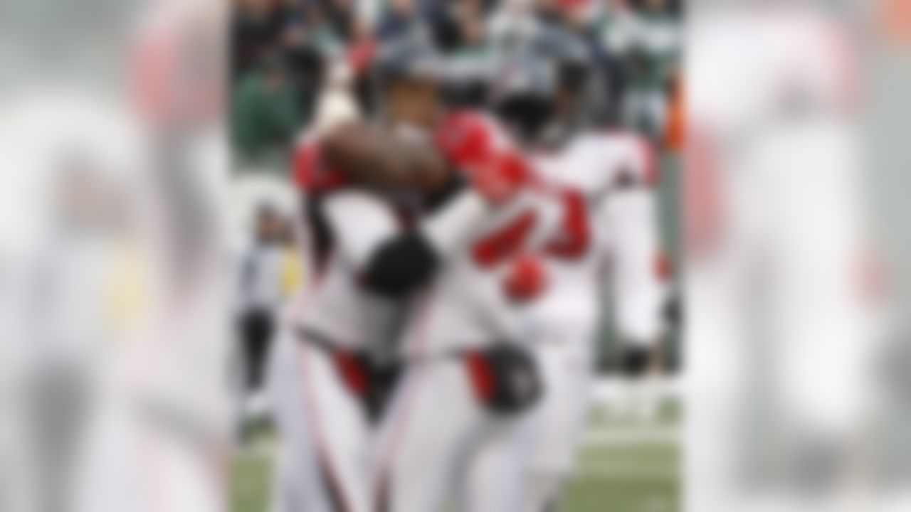 Atlanta Falcons' Tony Gonzalez, left, celebrates his touchdown with teammates Jason Snelling, center, and Justin Blalock during the fourth quarter of an NFL football game against the New York Jets on Sunday, Dec. 20, 2009, in East Rutherford, N.J. The Falcons beat the Jets 10-7. (AP Photo/Kathy Willens)