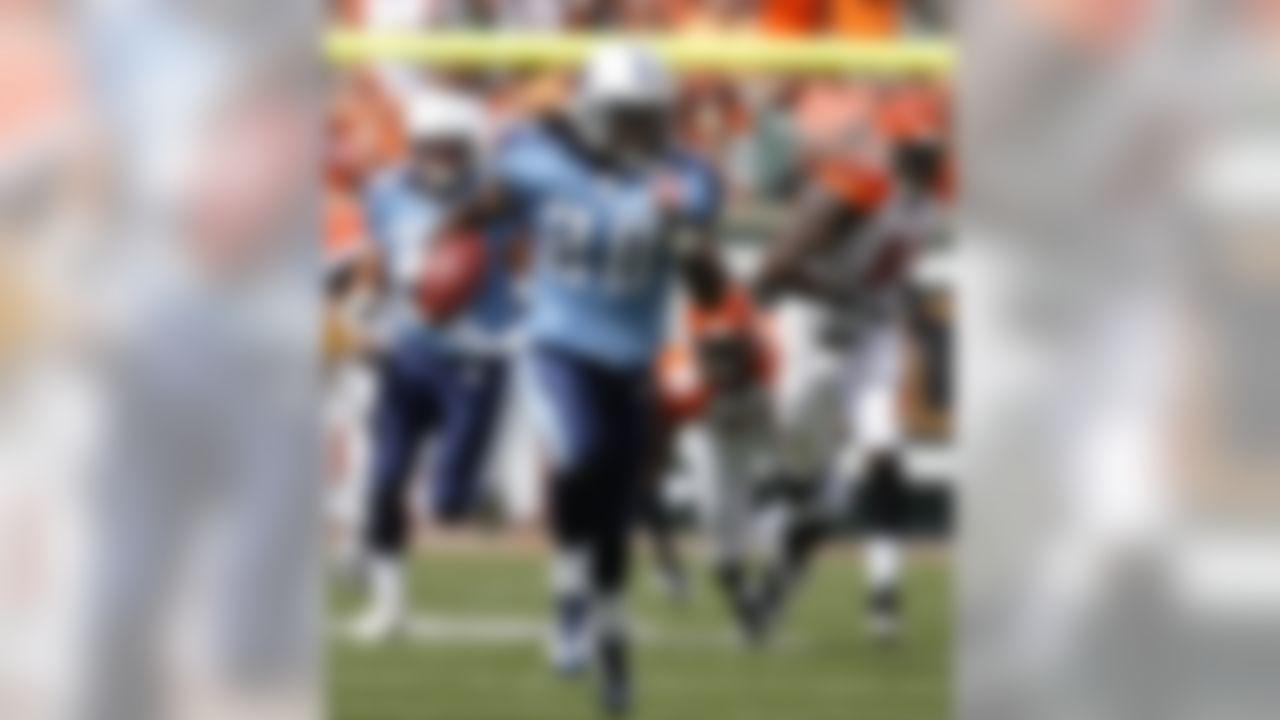 CINCINNATI - SEPTEMBER 14:  Chris Johnson #28 of the Tennessee Titans runs the ball against the Cincinnati Bengals during the second quarter of their NFL game September 14, 2008 at Paul Brown Stadium in Cincinnati, Ohio.  (Photo by Matt Sullivan/Getty Images)