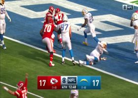 Mahomes somehow sneaks two-point pass through slew of defenders