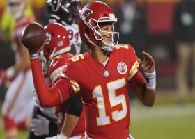 Mahomes lobs fadeaway throw to diving Tyreek Hill for third-down pickup
