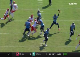 Derrick Henry nonchalantly catches screen pass with one hand