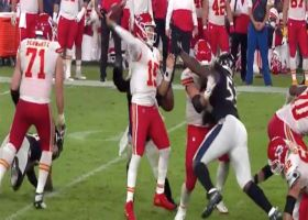 Jump-pass Patrick! Mahomes beats blitz with dart to Hill over the middle