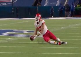 Kelce secures scooping grab of Mahomes' unorthodox throw for 20 yards