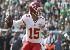 Mahomes throws underhanded TD pass to Edwards-Helaire