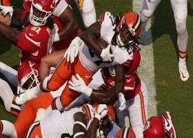 Kareem Hunt leaps over goal-line pileup to convert two-point play
