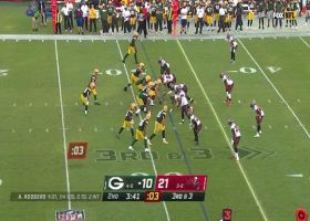 Lavonte David swarms Aaron Rodgers on blitz for third-down sack